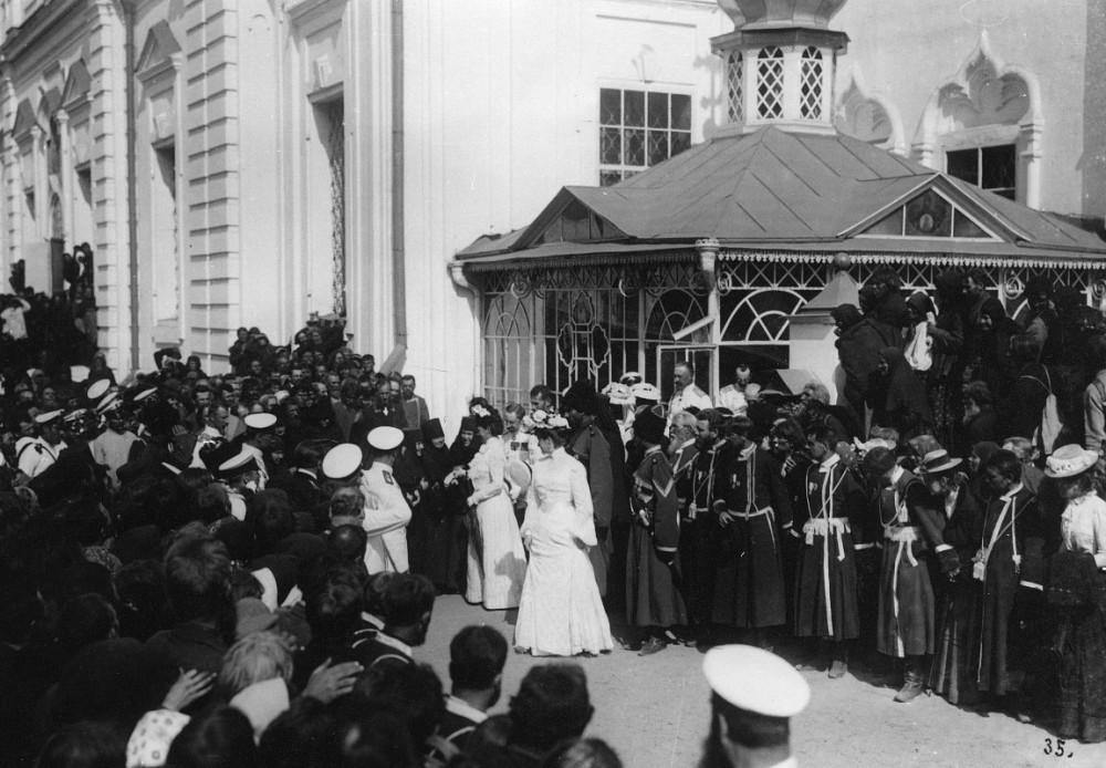 Дивеевский сестры приветствуют вдовствующую императрицу Марию Федоровну в Саровском монастыре