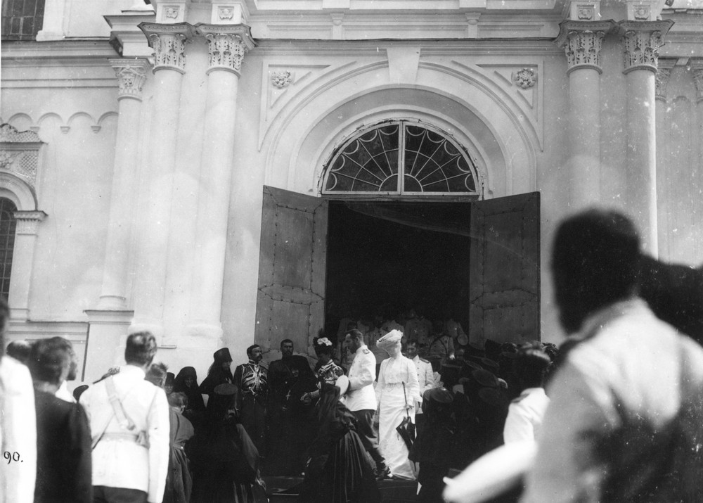 Царская чета и вдовствующая императрица Мария Федоровна выходят из Троицкого Собора Дивеевского монастыря в сопровождении игумении Марии Ушаковой.