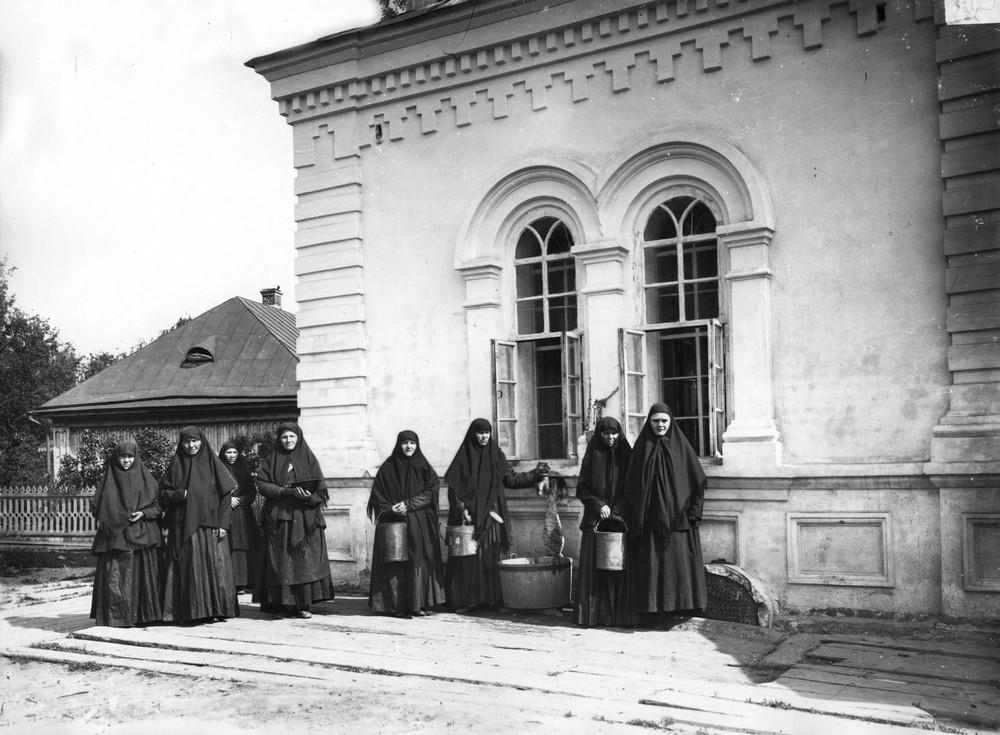 Сестры у водокачки в Дивеевском монастыре