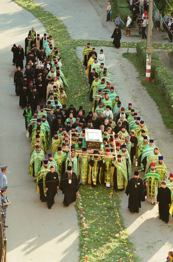 The arrival of the relics from Sarov on July 31, 2003, before the Vigil Service.