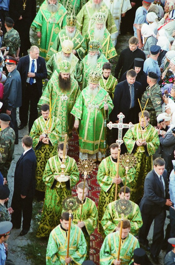 The Patriarch meets the relics of St. Seraphim from Sarov.