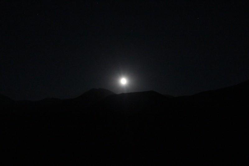 Луна поднимается над горами