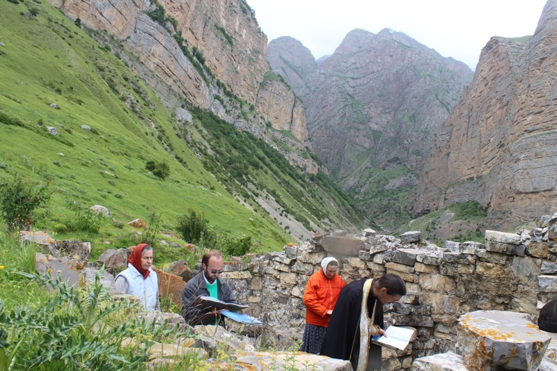 Молебен в развалинах древнего храма