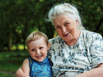 Старая бабка с внуком 3 фотография