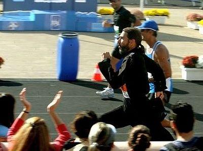 Военный священник в подряснике пробежал Афинский классический марафон