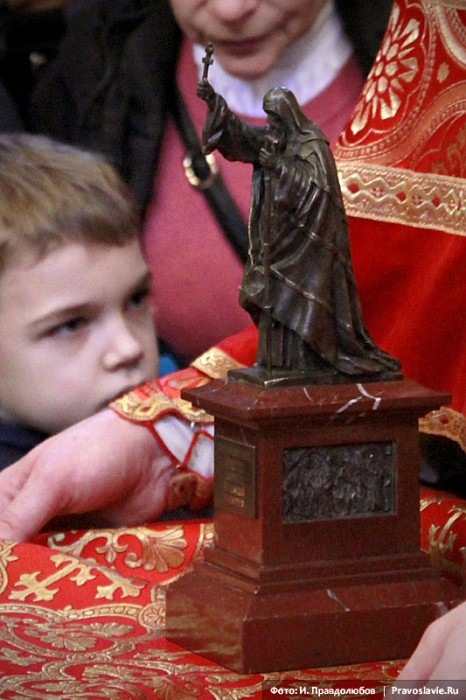 Подарок Святейшему — миниатюрная копия памятника Патриарху Ермогену