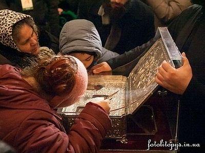 За выходные в Киеве Дарам волхвов поклонились 75 тыс. человек