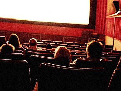 Щупают в кинотеатре смотреть