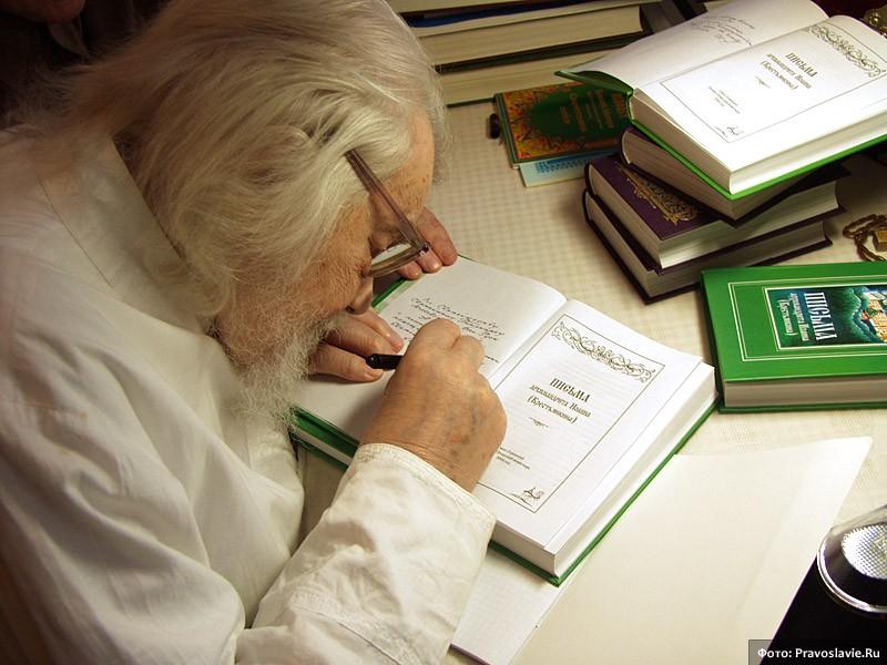 Архимандрит Иоанн (Крестьянкин) подписывает свою книгу писем