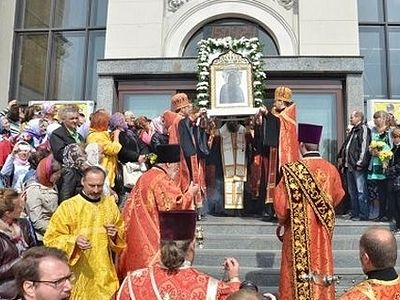 A procession with three holy icons and attended by thousands takes place in Zaporozhye