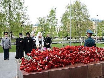 Святейший Патриарх возложил венок к могиле Неизвестного Солдата и цветы к стеле Одессы