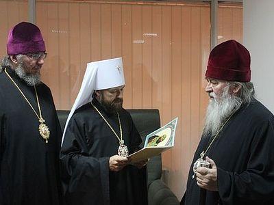Высокая патриаршая награда вручена митрополиту Днепропетровскому Иринею в пункте пограничного контроля аэропорта Днепропетровска