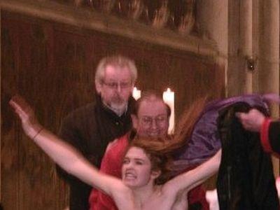 Участнице Femen, сорвавшей Рождественскую мессу в Кельнском соборе, предъявлены обвинения