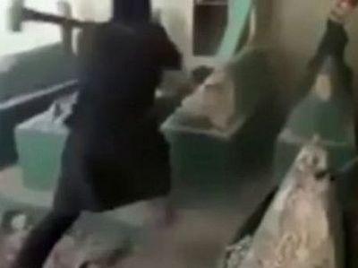 Опубликовано видео, на котором запечатлен боевик ИГИЛ, крушащий могилу пророка Ионы
