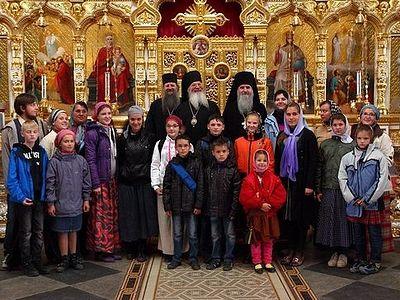 Сотни беженцев приютили в монастырях, кризисных центрах, в домах прихожан и священников