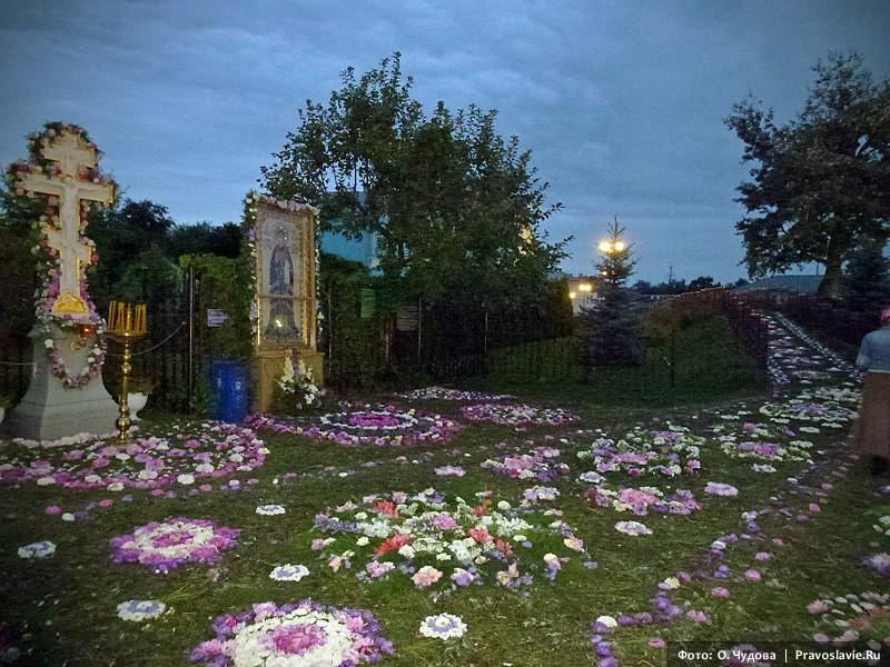 Украшение цветами Святой канавки