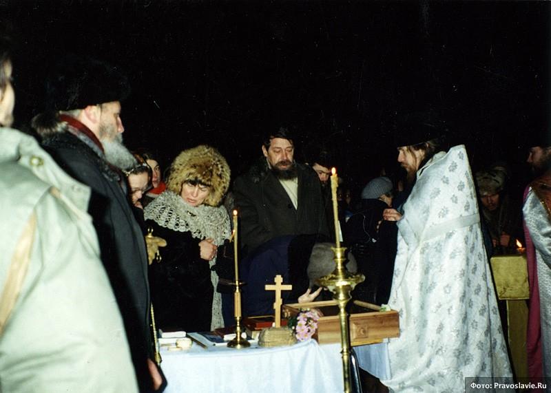 Первая служба за стенами храма. 14 февраля 1994 года