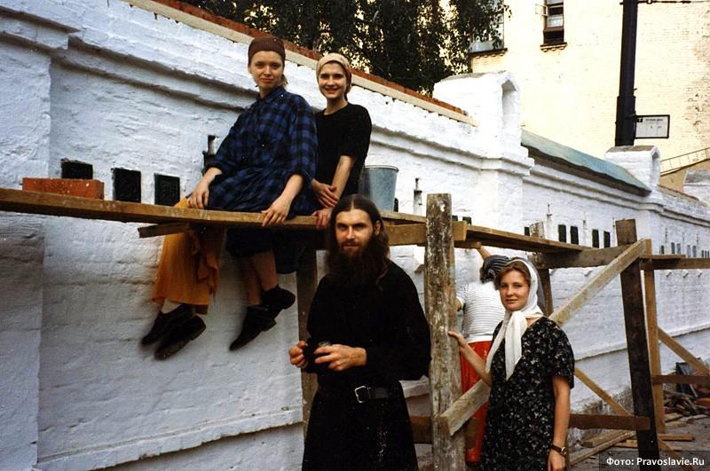 Стройка стены вокруг монастыря