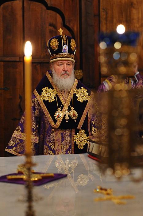 Святейший Патриарх Кирилл у престола