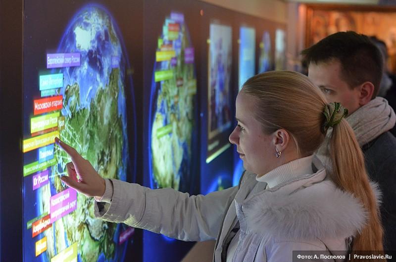Посетители у интерактивных глобусов
