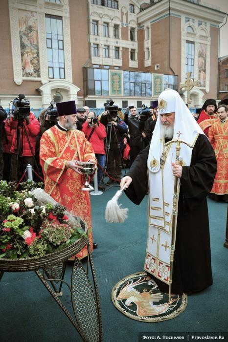 Святейший Патриарх Кирилл освящает закладной камень