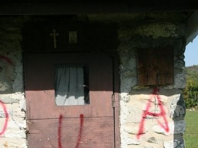 Terrorist graffiti appeared overnight in the vicinity of Dečani Monastery