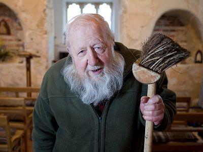 Британский пенсионер, несмотря на угрозы сатанистов, восстановил из руин 1000-летнюю церковь