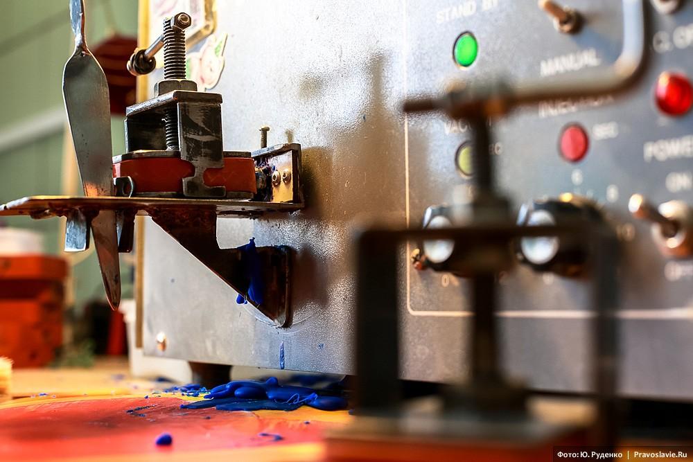 Заливка воска в формы производится машинным способом