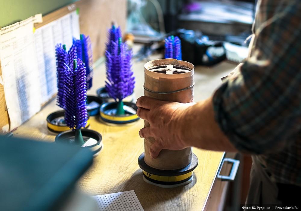 Каждое восковое «дерево» погружается в цилиндрический короб – литейный тигель