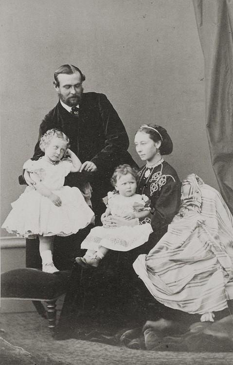 1865 г. Герцог Людвиг IV Гессенский с супругой и детьми Викторией и Елизаветой