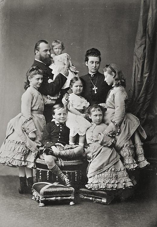 1875 г. Герцог Людвиг IV Гессенский с супругой, дочерьми и принцем Эрнстом Людвигом