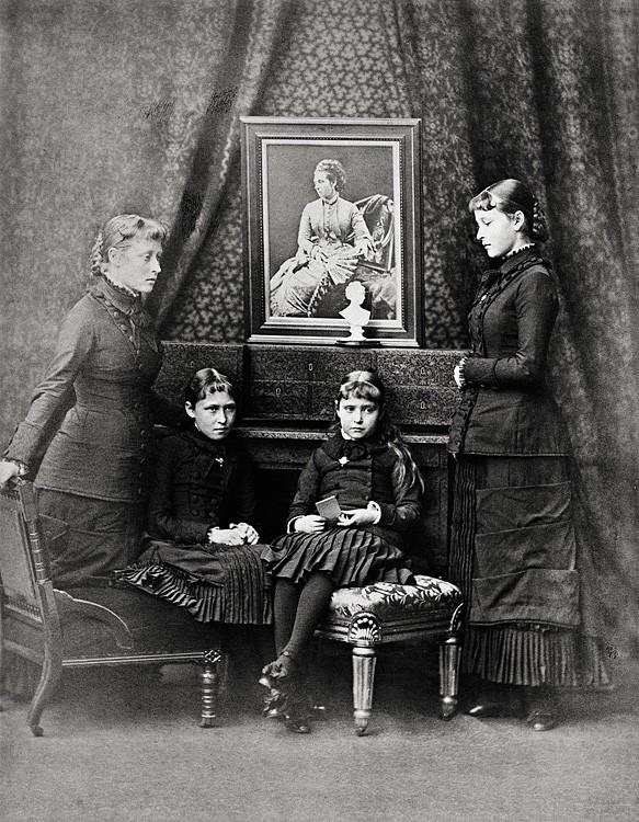1879 г. Принцессы Виктория, Ирина, Аликс и Елизавета Гессенские у портрета усопшей матери