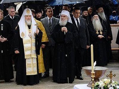 Патриарх Кирилл и Патриарх Ириней освятили памятник царю-страстотерпцу Николаю II
