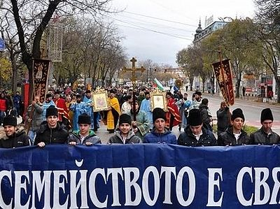 Citywide cross procession marks Family Day in Varna