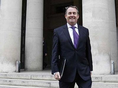 Англия: Экс-министр обороны намерен защитить право праздновать Рождество