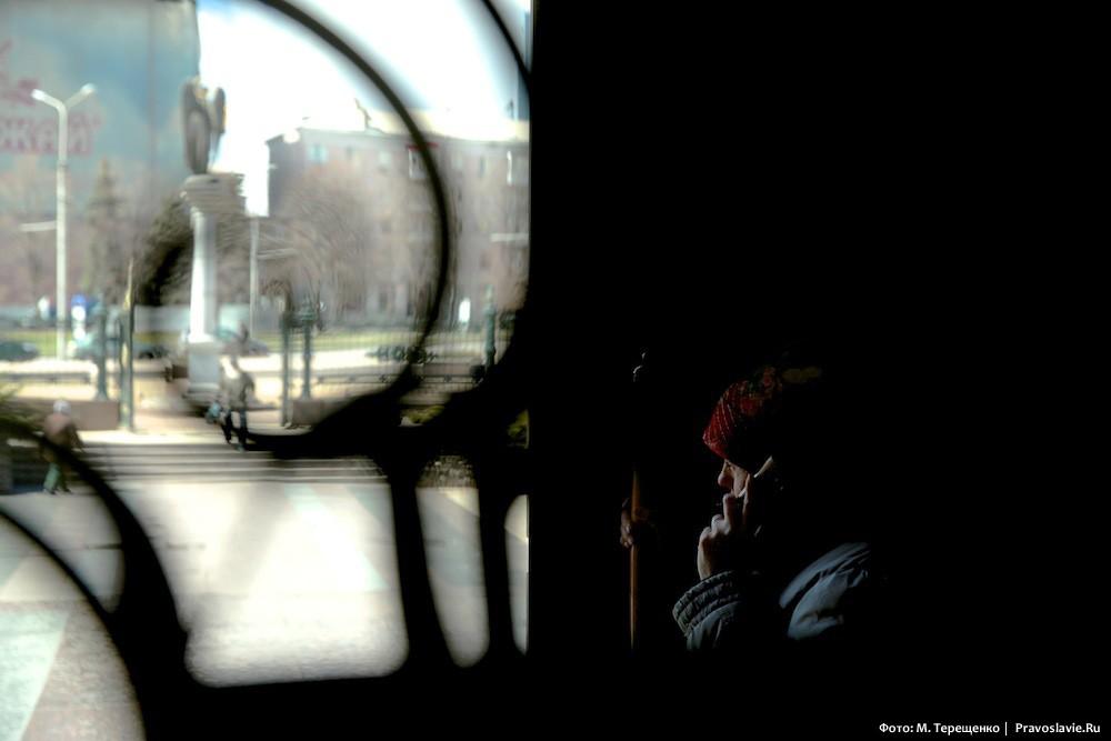 Женщина услышала вдалеке разрывы снарядов и забежала в Спасо-Преображенский собор