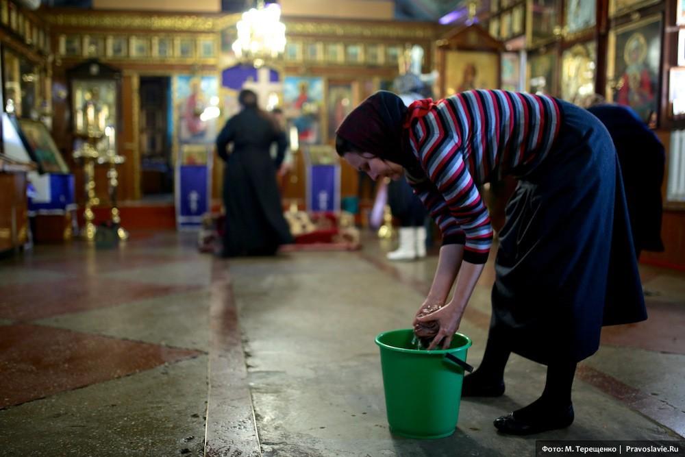 Уборка перед праздником в храме св. Александра Невского в пос. Александровка