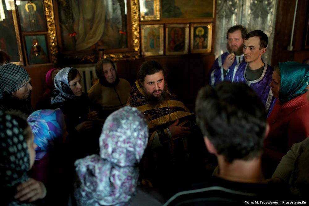 Отец Владимир благословляет людей на ночное богослужение. Все опасаются провокаций на Пасху