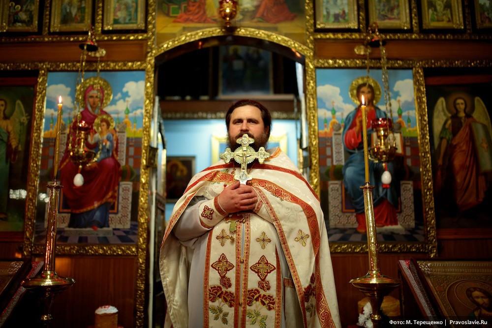 Про отца Владимира прихожане говорят, что он от снарядов в подвал не прячется, а сидит на лавочке и молится