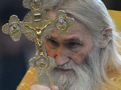 Старец Илий возложил цветы к братской могиле, где захоронен его отец