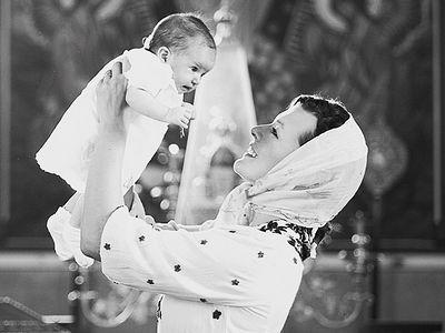 Актриса Мила Йовович поделилась фотографиями крестин дочери в русском православном храме