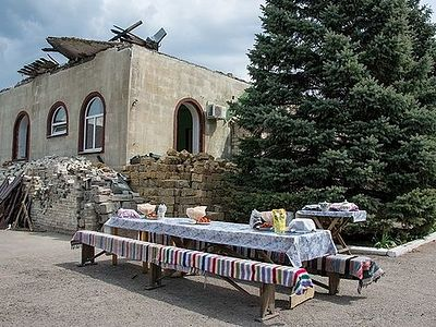 Community of a destroyed church in Donbass is helping the destitute