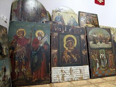 Полицейские Костромской области передали найденные святыни в храмы региона