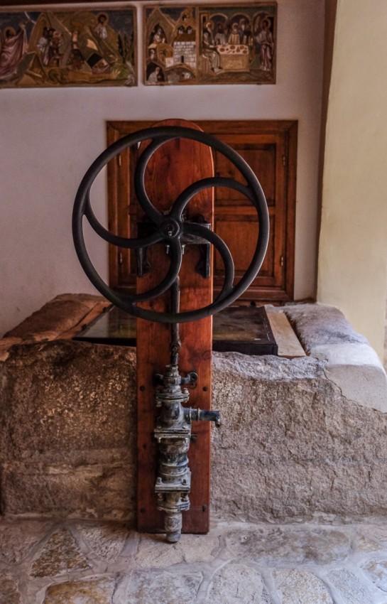 Ручной насос для воды у древнего колодца