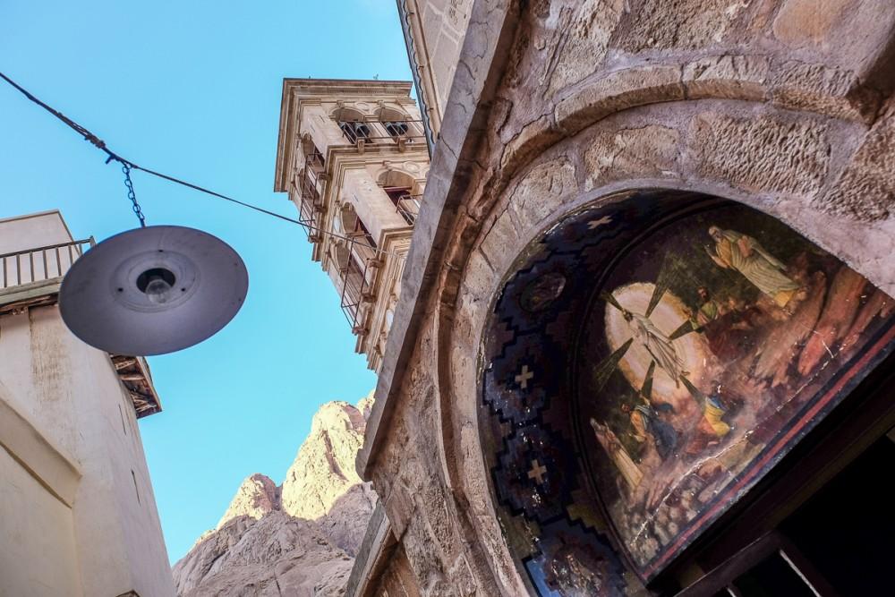 Фреска Преображения Господня при входе в церковь
