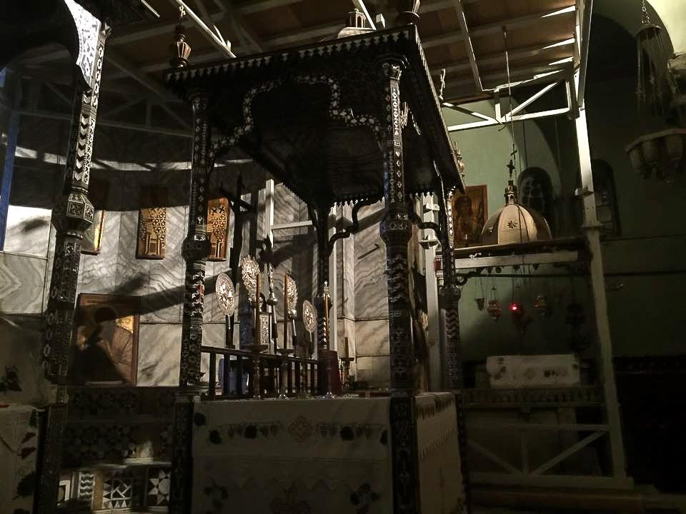 Сень над престолом в алтаре главного храма. Все освещается единственной в церкви электрической лампочкой, в самом храме только свечи и лампады