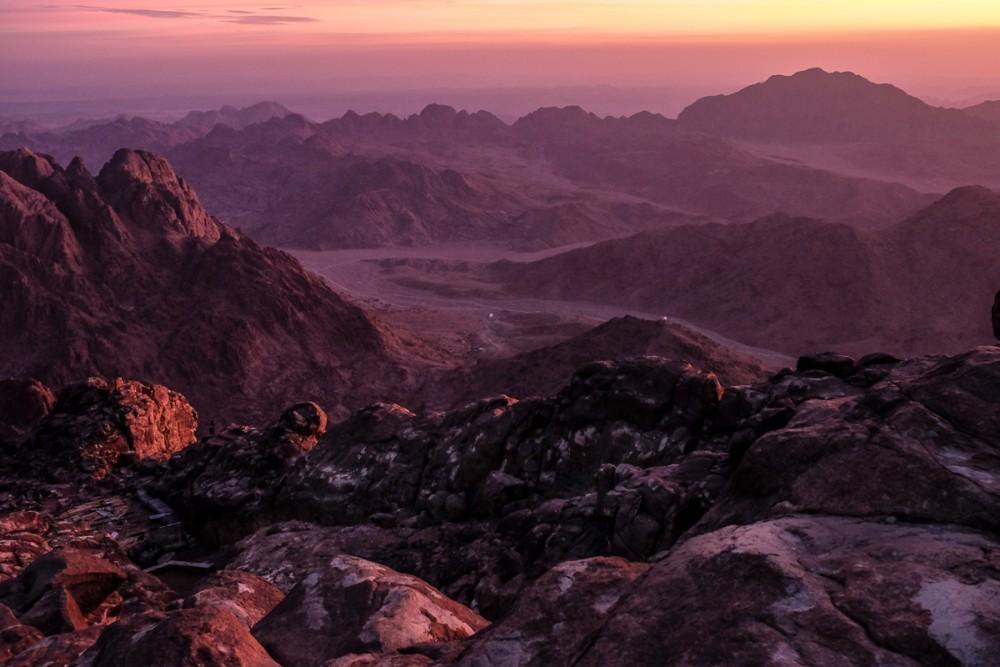 В долинах под горой, наверное, находились станы израильского народа, когда он ждал пророка Моисея, взошедшего на гору, чтобы говорить с Богом