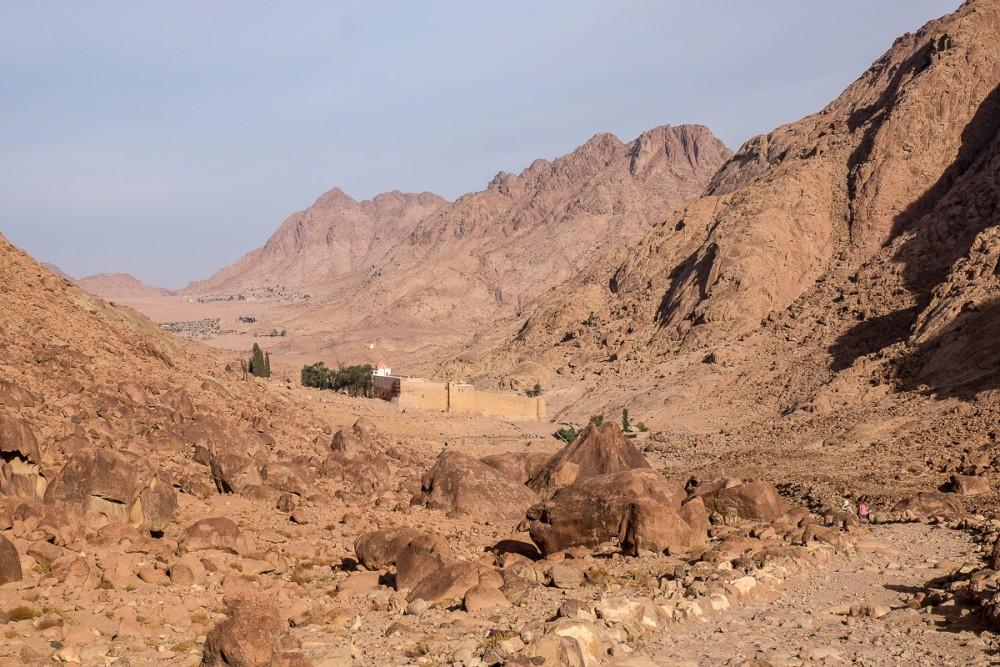 Монастырь все ближе, но идти становится труднее: много камней на тропе