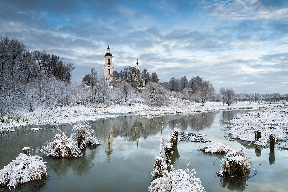 First snow on the Sherna river (a river in the Vladimir and Moscow regions). A view of the St. Nicholas Church