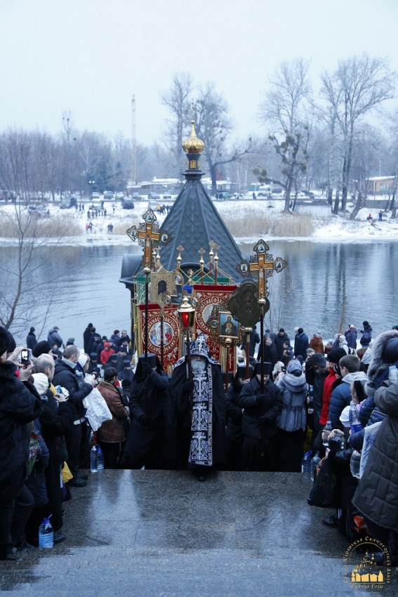 The cross procession is returning to Svyatogorsk Lavra.